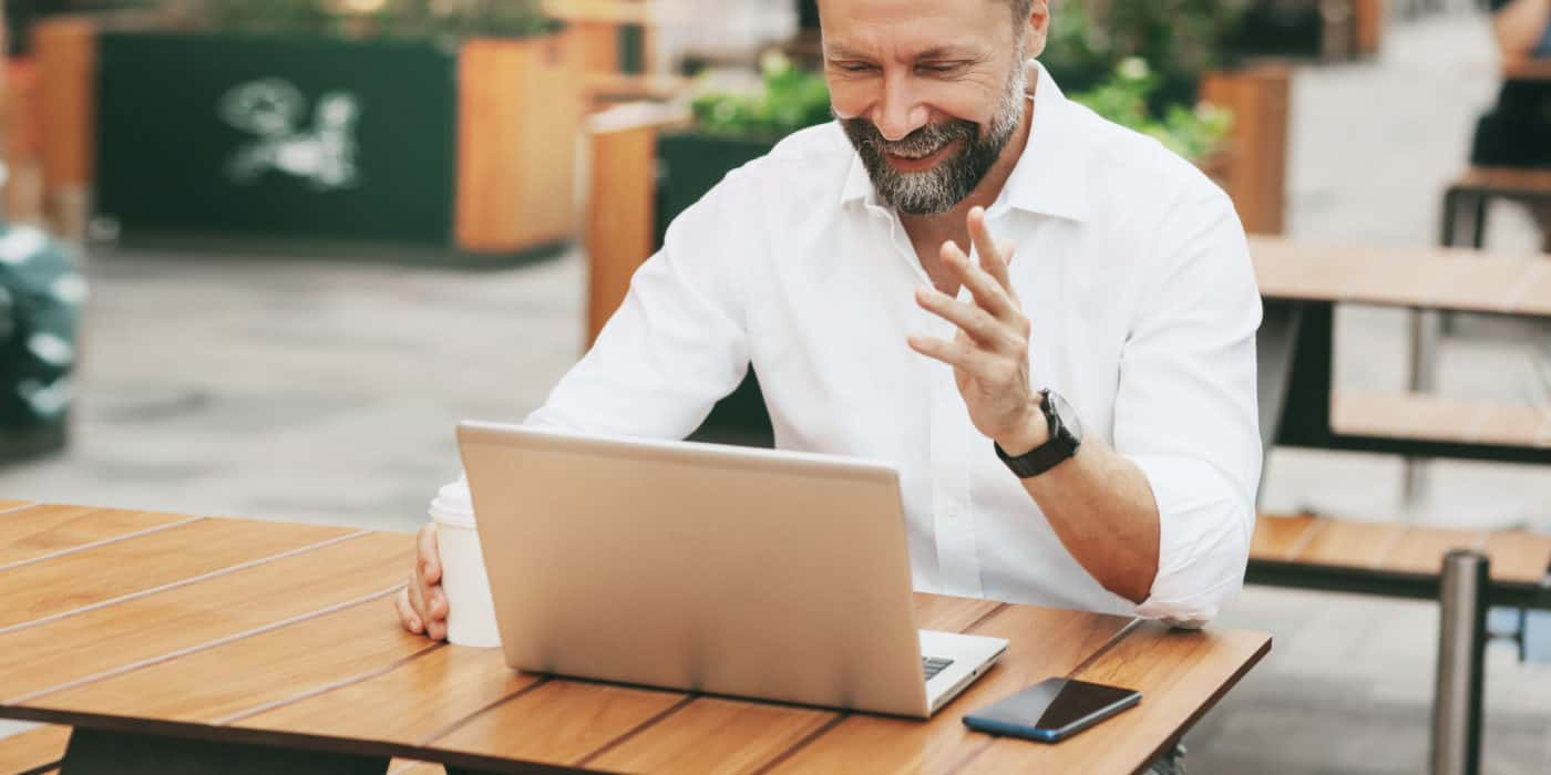 Ein erwachsener Mann führt ein Online-Gespräch in einem Café