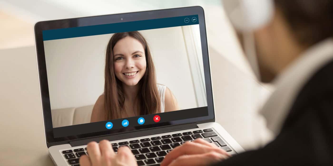 Eine Junge Frau und ein Personaler führen ein Bewerbungsgespräch online durch.