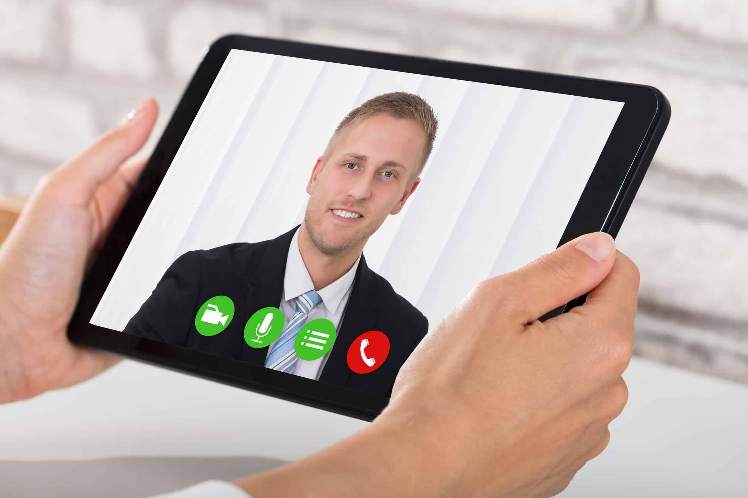 Ein junger Mann führt ein Bewerbungsgespräch online durch.