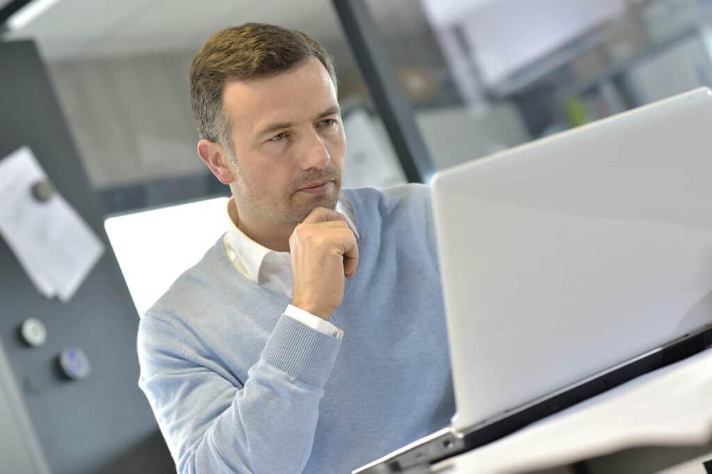Stellensuche mit Social Media: ein Mann sitzt konzentriert vor einem Laptop