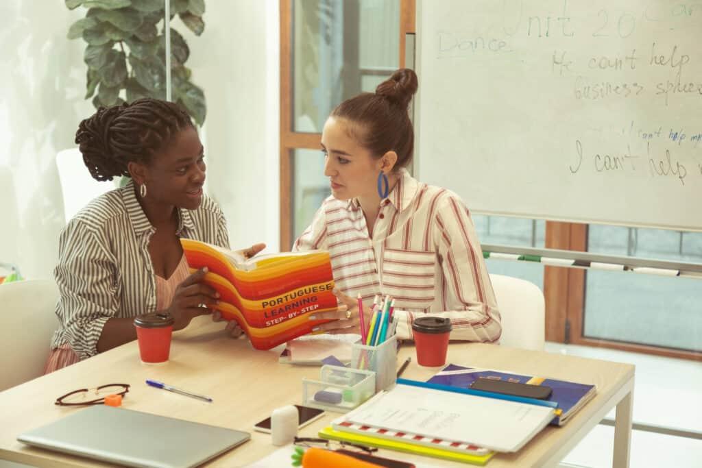 Zwei Frauen lernen Fremdsprachen